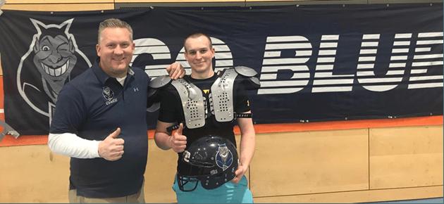 Nach den Tryouts durfte sich der Gewinner des Facebook-Gewinnspiels, Lukas Becker, über seinen neuen Helm und Schulterpolster freuen.